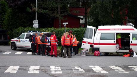 STORE MANNSKAPER: Politi, Røde Kors, Norges Redningshunder, Krimvakten i Oslo og ambulanser er på stedet og deltar i letingen etter den savnede 16-åringen. Foto: Daniel D. Laabak, Tipser.no