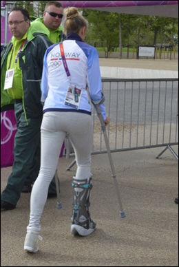 KRYKKER: Ingvill Måkestad Bovim kom til pressetreffet på krykker og var oppløst i tårer da hun snakket om skaden. Foto: Bjørn S Delebekk
