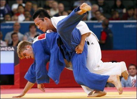 UTESTENGT: Nicholas Delpopolo fra USA er første OL-utøver som er blitt dopingtatt etter en konkurranse. Her er han i aksjon mot sørkoreanske Wang Ki-chun i 73-kilosklassen i judo. Foto: Darren Staples, Reuters / NTB scanpix