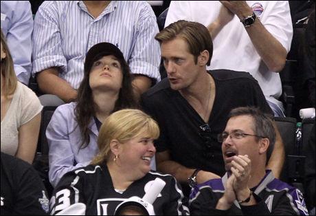 PÅ DATE? Romanseryktene mellom Page og Skarsgård begynte å svirra da de dro sammen på hockey-kamp i Los Angeles. Foto: Getty Images/All Over Press Foto: