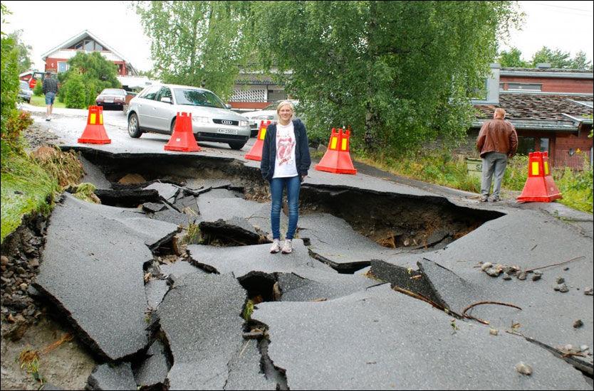 SKUMMELT: Til tross for at de ikke viste om det kom til å holde, gikk Stine Nilsen Skinnes (19) ned til det som tidligere var en vanlig vei i Modum. Foto: Mari Nilsen Skinnes