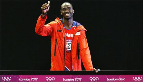 BILDET: Det var dette bildet Olympiatoppen mente Jaysuma Ndure måtte stille opp på slik at han måtte avbryte intervjurunden, og deretter gå i garderoben. Foto: NTB Scanpix