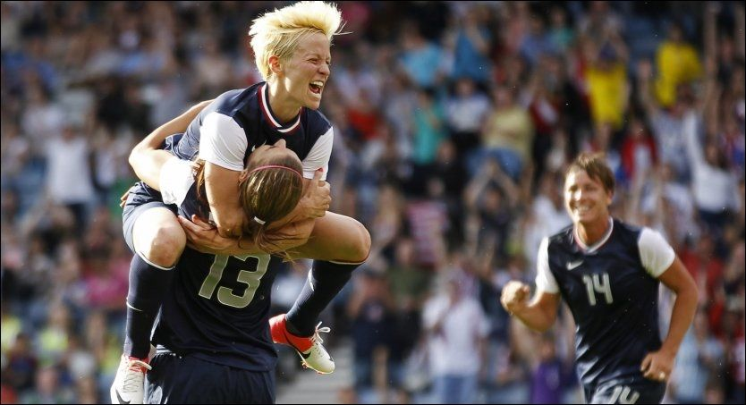 USA-JUBEL: Alex Morgan (13) feirer sammen med Megan Rapinoe. Foto: David Moir, Reuters