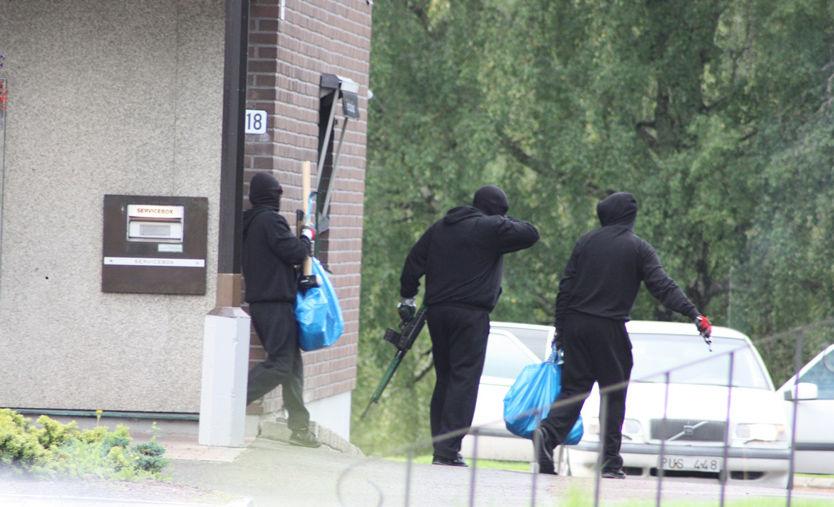 JAKTER BANKRANERE: Tre maskerte personer med automatgevær og store søppelsekker ble sett da de stakk fra banken i Värmland tirsdag. Svensk politi leter etter ranerne. Foto: Privat