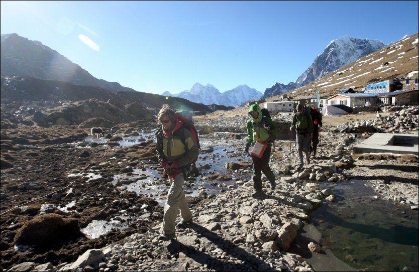 HØYT TIL FJELLS: En gruppe fotturister fotografert på en sti i Everest-regionen i 2009. Foto: AFP