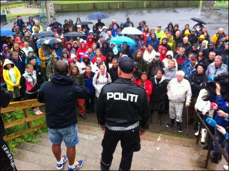 FORTSETTER: Omtrent 150 frivillige trosser regnet og fortsetter søket tirsdag morgen. Foto: ROAR DALMO MOLTUBAK/VG