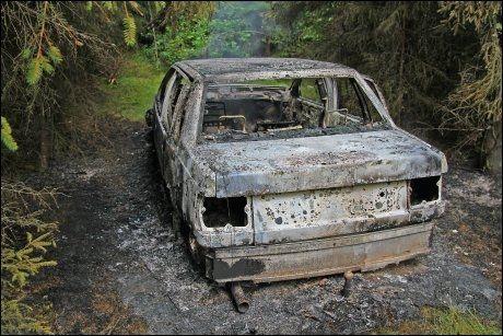 UTBRENT: Kort tid etter ranet ble den første fluktbilen funnet utbrent i skogen sørvest for Töcksfors. FOTO: Bengt Andersson/NTB scanpix