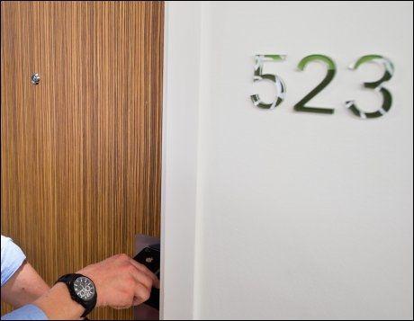 ÅPEN DØR: De færreste tenker nok over at hotelldører som åpnes med nøkkelkort eller mobiltelefon, også må låses - hvis de befinner seg i Norge. Foto: GJERMUND GLESNES / VG