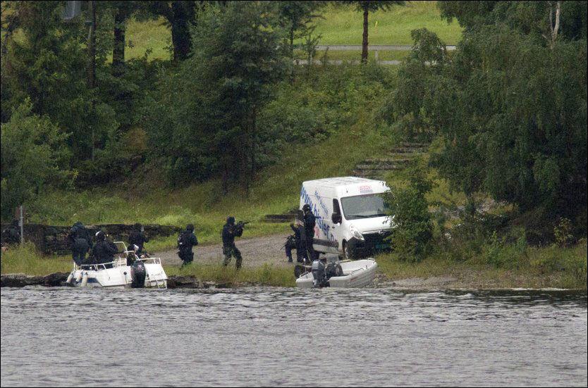 FIKK SKYSS: Beredskapstroppen går i land på Utøya for å pågripe terroristen 22. juli i fjor. Dette skjer etter at de er fraktet dit i private båter, fordi politiets egen båt havarerte. Nå kritiseres beslutningen om å sette 11 tungt rustede politifolk i den lille politibåten som et feilvalg. Foto: Jan Bjerkeli