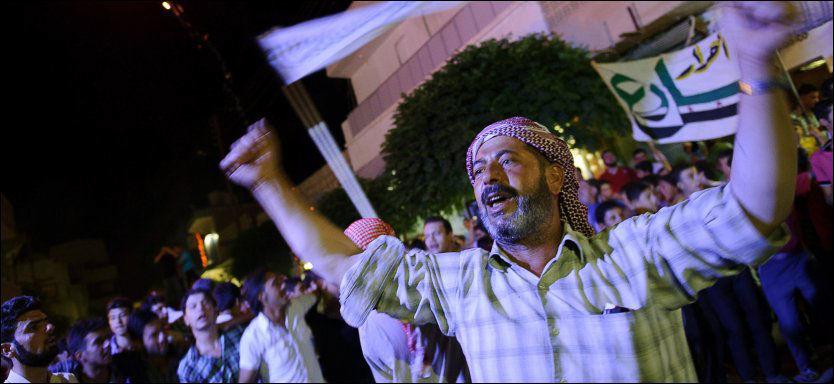 SPLITTET FOLK: Syrere i byen Marae demonstrerer mot president Assad. Syria er et splittet land og naboland bruker religion for å splitte det ytterligere. Foto: AFP