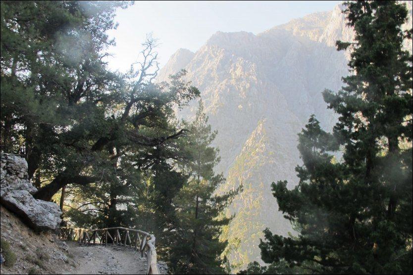 STILLE: Mens morgendisen ennå ligger over Samariaravinen, er det turiststille på stien der. Foto: MONA LANGSET