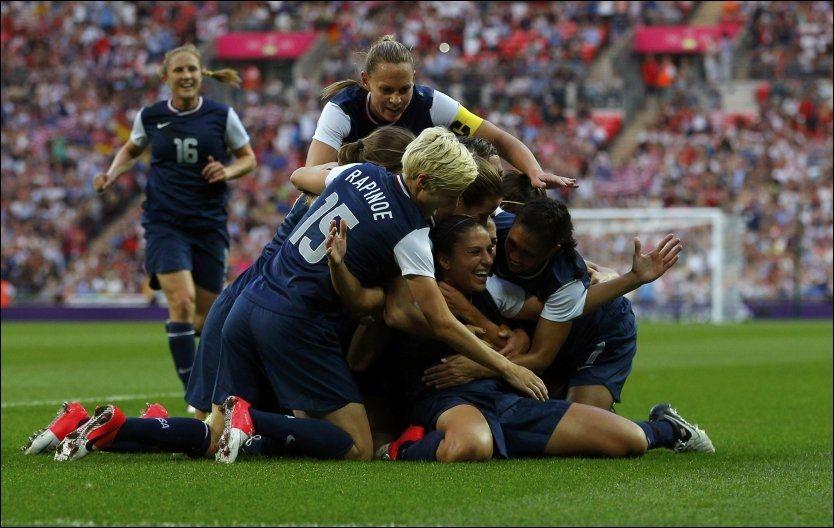 SÅ GLADE: Carli Lloyd sitter i klyngen av amerikanske spillere og blir hyllet for en av scoringene hennes. Foto: Brian Snyder, Reuters