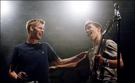 FETTERE: Lars Vaular fikk hjelp av fetteren Sondre Lerche på scenen. Foto: Scanpix