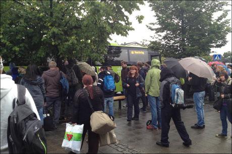 KOMMER IKKE AV FLEKKEN: Pendlerne fra Lillestrøm kom seg ingen vei med toget i morges. Der venter rundt 200 personer på buss for tog fredag morgen. Foto: Remi Olsen/Leserbilde
