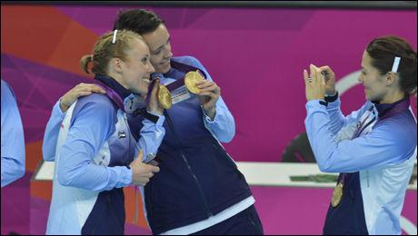 SMIL: Her viser håndballjentene stolt frem OL-gullet - til hverandre. Foto: Bjørn S. Delebekk, VG