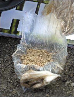 SELGES FRITT: For heroinister kan det være vanskelig å skille rent heroin fra stoff som er forurenset. Bildet viser heroin som ble solgt på gaten i Oslo i fjor sommer. Foto: HELGE MIKALSEN/VG