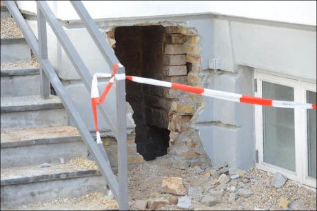 HENTET UT: Ut av dette hullet, som ble meislet ut av brannvesenet, ble den forkomne innbruddstyven fraktet ut. Foto: Kenneth Meyer