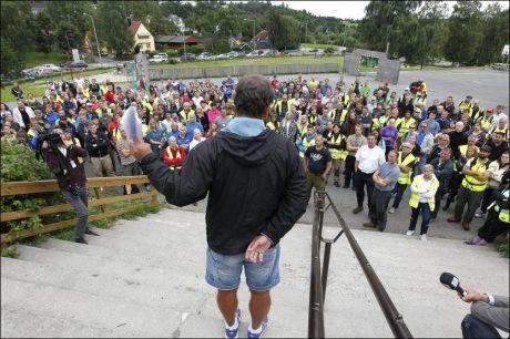 LETER: Hundrevis av frivillige har gjennom hele uken møtt opp på Østensjø skole for å lete etter den savnede 16-åringen. Her snakker Bengt Eriksen til folkemengden. Foto: TROND SOLBERG