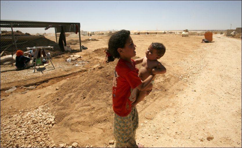 FLYKTER: Det brøt ut kamper da syriske flyktninger forsøkte å krysse grensen til Jordan sent fredag kveld. Her er syriske flyktninger i en flyktningeleir i Mafraq i Jordan. Foto: AP