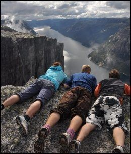 1000 METER RETT NED: Utsikten er upåklagelig fra Kjerag. Foto: SANDRA LAPPEGARD.