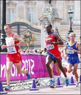 LEGGPROBLEMER: Urige Buta forteller at han fikk problemer med leggen 25 kilometer ut i dagens OL-maraton. Foto: Håkon Mosvold Larsen, NTB Scanpix