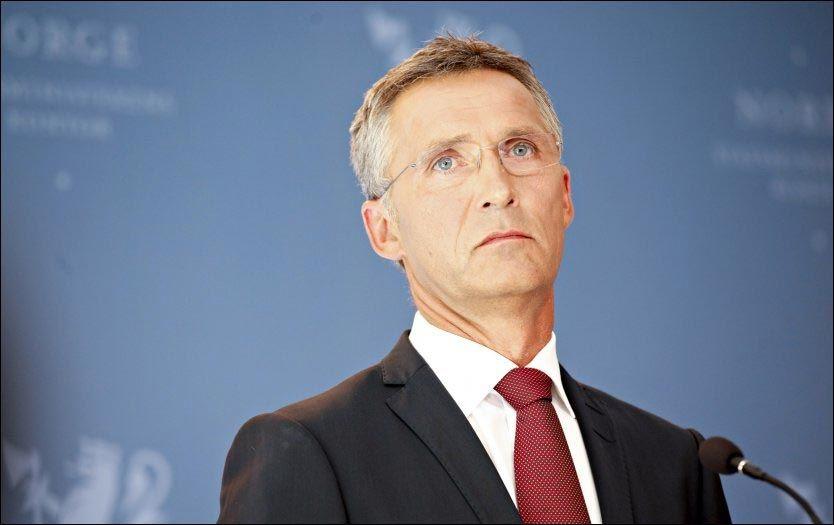 BLIR SITTENDE: På mandagens pressekonferanse fortalte statsminister Jens Stoltenberg at han ikke vil gå av - han vil handle. Foto: NTB SCANPIX