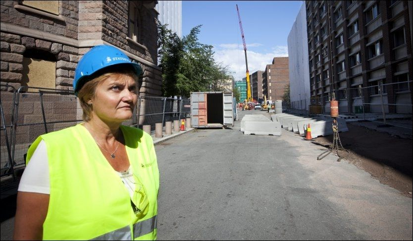 Fornyingsminister Rigmor Aasrud i Grubbegata hvor sperringen skulle ha stått. Gaten skulle ha vært fysisk sperret for biltrafikk allerede i 2007-2008 - men det skjedde aldri. Nå får hun kraftig kritikk i ny rapport. Foto: Terje Bringedal