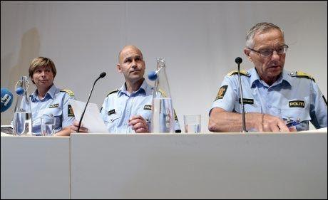 TUNGT: Politidirektør Øystein Mæland (midten) Politimester Sissel Hammer (tv) og Politimester Anstein Gjengedal (th) under politiets pressekonferanse hvor de gir sine foreløpige kommentarer til 22. julirapporten. Foto: Cornelius Poppe / NTB scanpix
