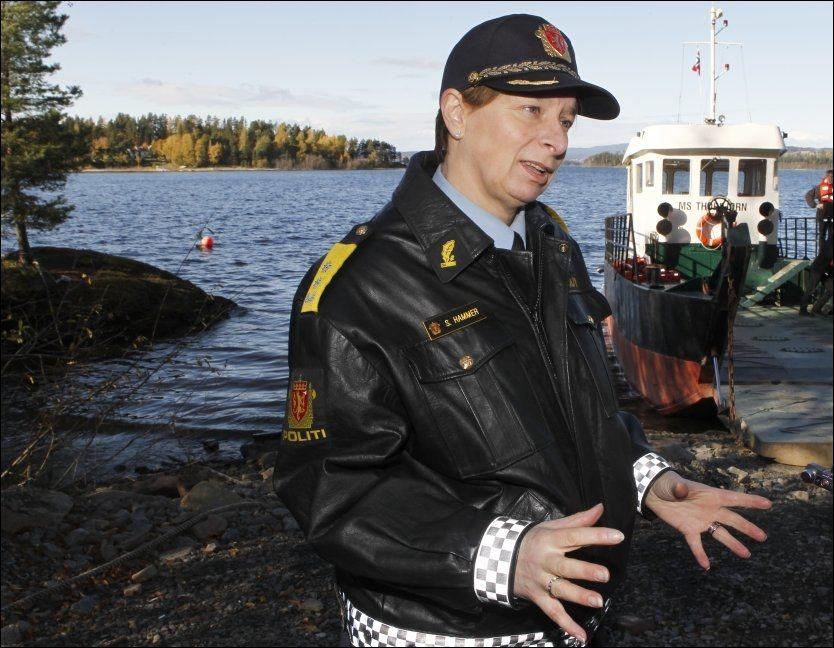 ROSER: Sissel Hammer, politimester i Nordre Buskerud politidistrikt, roser sine kolleger for innsatsen 22. juli 2011. Her er hun avbildet ved et besøk på Utøya i november 2011. Foto: NILS BJÅLAND