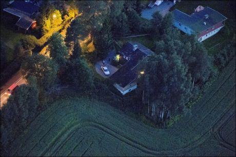 UNDERSØKER: Flyfoto over området i Kirkeveien i Ski hvor det onsdag kveld ble funnet et lik. Krimteknikere og Kripos jobber på stedet utover natten. Foto: ESPEN BRAATA/VG