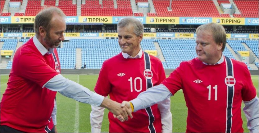 HISTORISK: Nærings- og handelsminister Trond Giske, utenriksminister Jonas Gahr Støre og fotballpresident Yngve Hallén signerte avtalen på Ullevål stadion onsdag. Foto: Berit Roald / NTB scanpix
