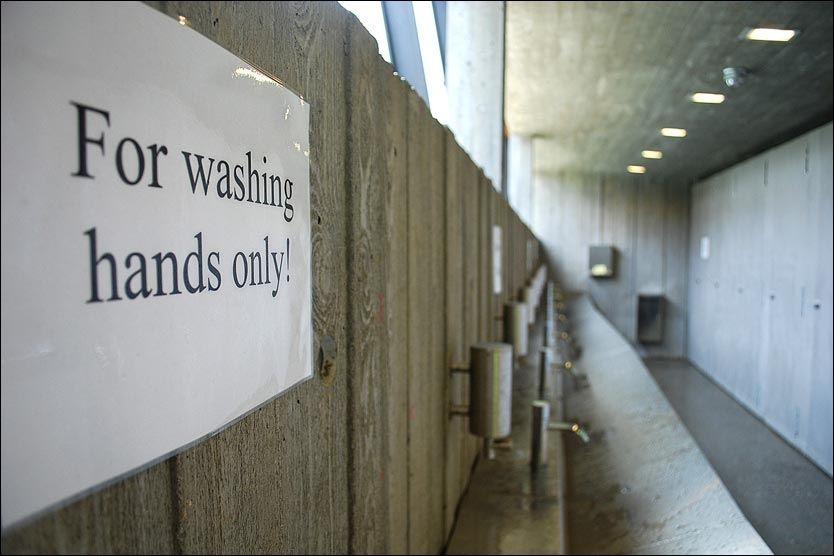 BARE HÅNDVASK: Inntil dette skiltet kom på plass brukte mange mannlige turister denne vasken når de skulle tømme blæra. FOTO: Øystein Fossum/Avisa Romsdal