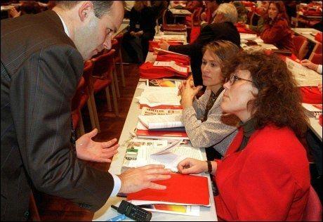 Daværende justisminister Anne Holt, statssekretær Øystein Mæland og tidligere justisminister Grete Faremo (bak) i samtale under Arbeiderpartiets landsmøte 7. november 1996. Foto: Jon Eeg / NTB scanpix