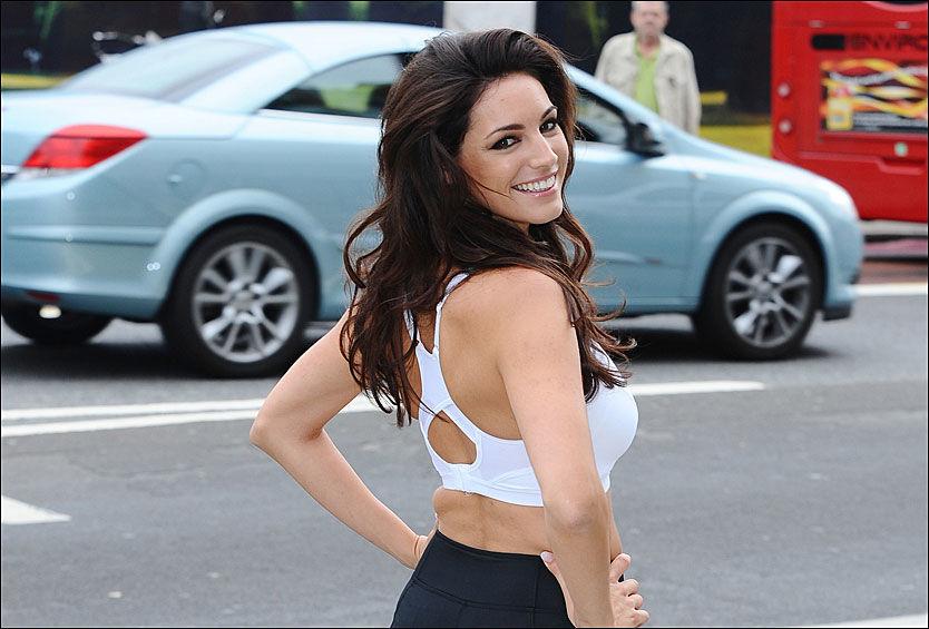 DISTRAHERT: 21 prosent av britiske bilførere svarer at de lar seg distrahere av bilder av modeller på reklameplakater. Her er modellen Kelly Brook i London, da hun for to år siden lanserte en Reebok-reklame som viste seg selv kun iført sko. Reklamen ble forsøkt stoppet av trafikksikkerhetsorganisasjoner. Foto: Pa Photos
