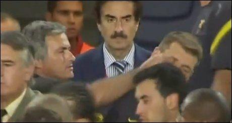 FINGERNEM: José Mourinho langer ut en finger mot Vilanovas øye. Foto: