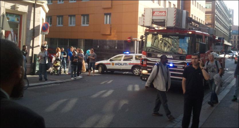 EKSPLSOSJON: Alle nødetatene rykket ut etter eksplosjonen i Oslo sentrum fredag ettermiddag. Foto: LESERBILDE