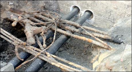 HER SMALT DET: Her kortsluttet strømmen, som førte til en mindre eksplosjon i Calmeyersgate. Foto: TIM PETERS