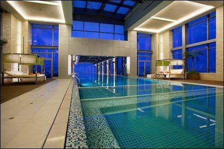 30 METER LANGT: Også innvendig er svømmebassenget stilig - og stort nok til en skikkelig svømmetur. Foto: HOLIDAY INN