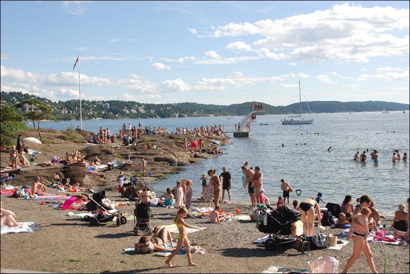 SOMMER OG SOL: På Sydstranda på Ulvøya i Oslo var det et yrende strandliv i dag. I morgen starter skolen igjen, og mange barnefamilier benyttet sommerens siste «familiefridag» med sol, sjø og sommer. FOTO: Bjørn Skomakerstuen