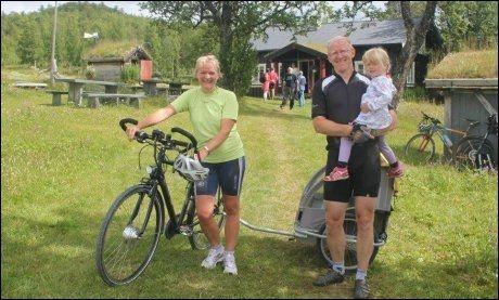 FAMILIE PÅ TUR: Marianne Thomasgaard og Birger Aanensen med datteren Pia er klar for sykkeltur med el-drahjelp. Foto: Hege Hovd
