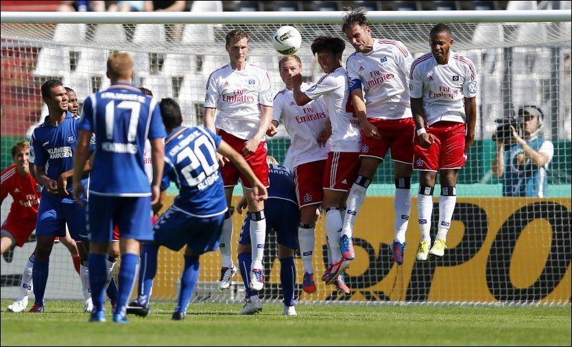 FRISPARKMÅL: Selcuk Alibaz (20) scorer på frispark. Foto: Kai Pfaffenbach, Reuters