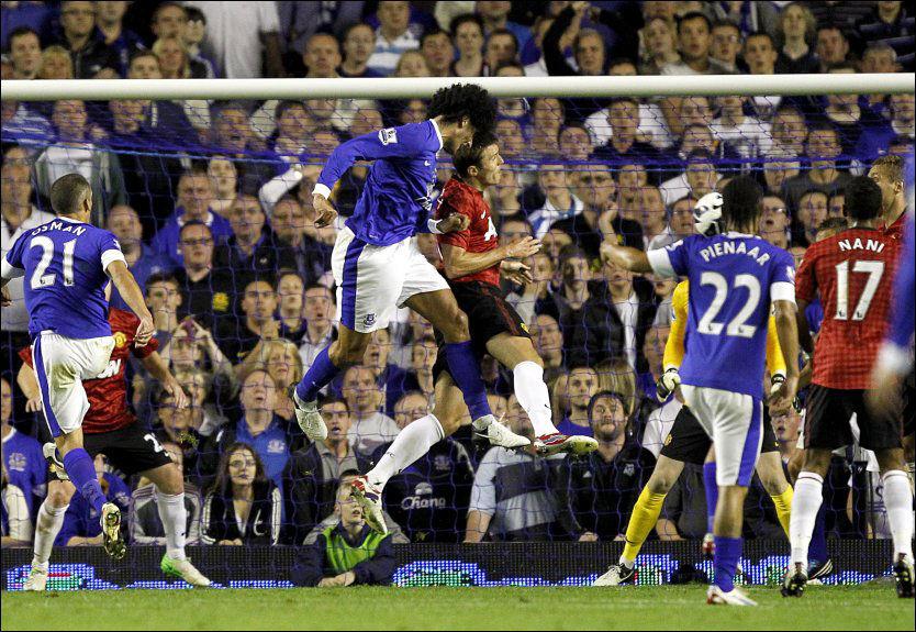 1-0: Her stanger Marouane Fellaini ballen i mål, i duell med Michael Carrick. Det holdt til tre poeng for Everton. Foto: PA Foto: