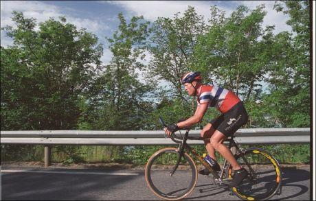 STOPPET AV VIDME: Ekslandslagsrytter Carl Erik Pedersen tråkket for harde livet for å slå rekorden mellom Bergen og Oslo i 2003. Det satte lensmannen en brå stopper for. Foto: Erik M. Aarethun