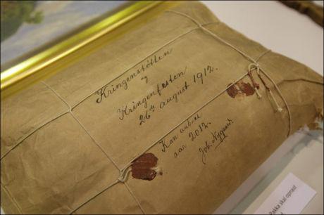FEIL DATO: Pakken er datert 26. august 1912, men inneholdt langt yngre avisutklipp og dokumenter. Foto: Geir Olsen / VG