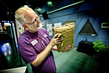 Kjell Voldsheim, ansatt ved Gudbrandsdalsmusea, beundrer pakken, som de siste dagene har vakt internasjonal interesse. Foto: Geir Olsen / VG