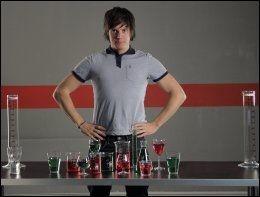 PROGRAMLEDER: Fysiker Andreas Wahl setter fokus på alternative behandlingsmetoder i den nye TV-serien «Folkeopplysningen». Foto: NRK