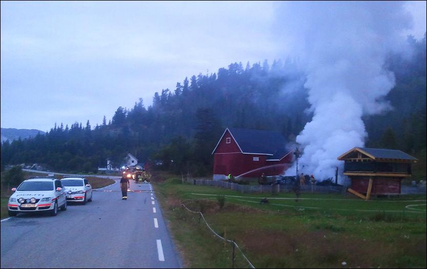REAGERTE PÅ UTRYKNINGSTIDEN: Flere personer gikk til angrep på brannmenn og politi under en husbrann i Vinje. Foto: SVEIN OLAV VAA