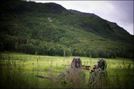HARELOKK: Med en avansert fløyte forsøker de to søstrene å lokke fram rev. Foto: Kyrre Lien /VG