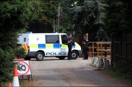RYKKET UT: Politiet i Essex tar rapportene om en løs løve på alvor. Her leter de etter kattedyret i området hvor den skal ha blitt observert. Foto: Pa Photos