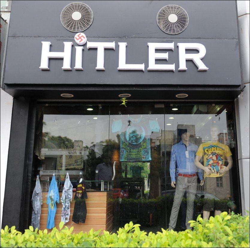 PRIKKEN OVER I-EN: For å toppe et noe kontroversielt navnevalg, har eierne bak butikken Hitler i Ahmedabad brukt en svastika i prikken over i-en i navnet. Foto: AFP/NTB Scanpix